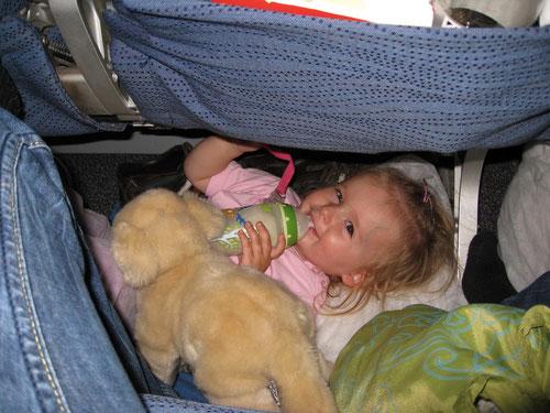 Komfort ist relativ: Emilia am Boden zwischen den Sitzreihen