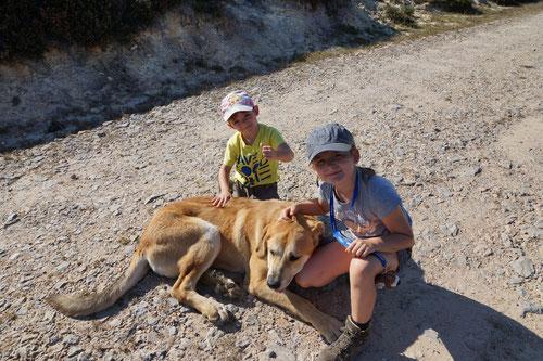 Luca & Emilia mit dem lieb gewonnenen Hund Beni.