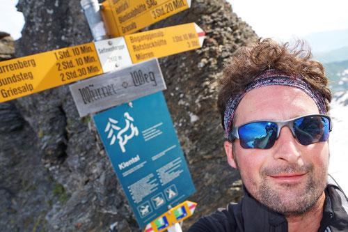 Endlich: Über ein langes steiles Schneefeld ist die Sefinenfurgge (2'612m) erreicht!