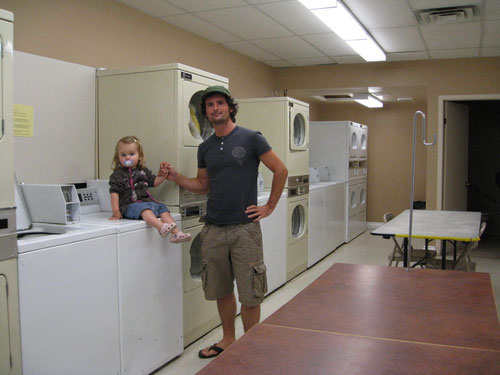 Teamwork beim Wäschewaschen