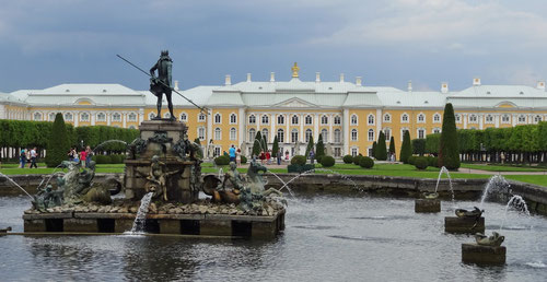 Der Garten vor dem Peterhof.