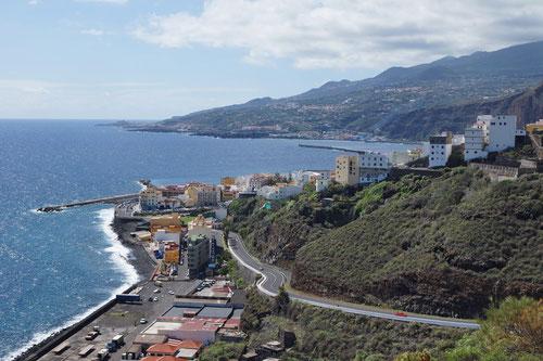 Endlich in La Palma. Ganz im Hintergrund ist der Flugplatz von Santa Cruz ersichtlich.
