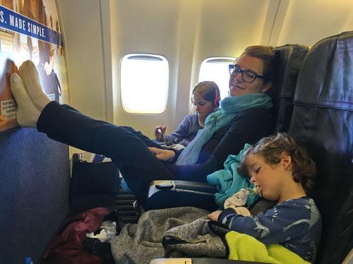 So haben wir ihn gerne: Luca schläft den ganzen Flug selig in seinem Sitz.