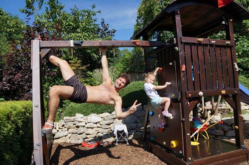 Klettertraining zu Hause am Spielhaus der Kinder (2013).