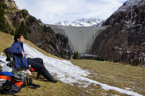 Mittagsrast unterhalb der Staumauer des Lago di Luzzone.