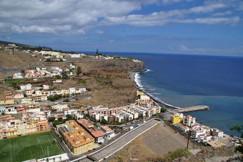 Playa de Santiago - Das Ziel ist nahe. Im Hintergrund auf der Klippe ist bereits unser Hotel Jardin Tropical Tecina