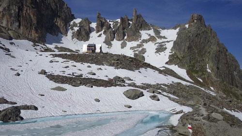 Die Sidelenhütte. Im Hintergrund Gross- und Chli Kamel.