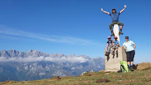 ...und ein weiterer Gipfel. Ein traumhaftes Panorama auf dem enorm vielseitigen Rundwanderweg.