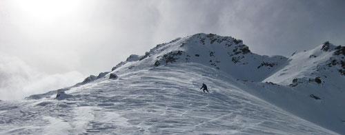 Holprige Abfahrt auf windgepresstem Schnee