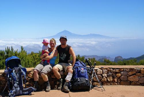Familie Güthlin auf dem Garajonay, mit seinen 1487 Meter der höchste Berg auf La Gomera. Im Hintergrund sieht man Teneriffa mit dem 3718 m hohen Teide.