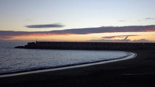 Sonnenuntergang in Puerto Tazacorte. Beobachtet vom der empfehlenswerten Taberna del Puerto direkt an der Strandpromenade.