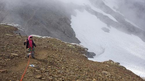 Der Gipfelanstieg: Emilia am Seil.
