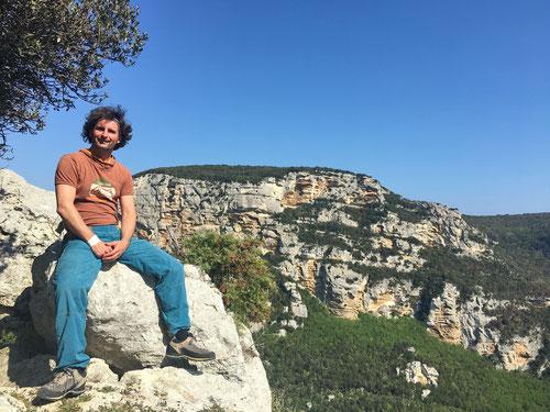 Olli bei den Tre Frati. Im Hintergrund der Bric Pianarella Paretone, dessen Felswand wir gestern durchstiegen.