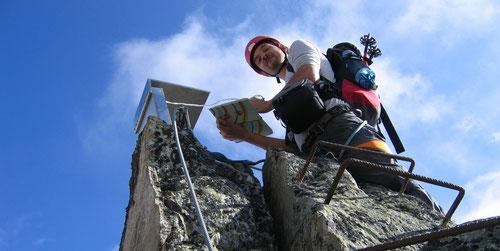 Dominik beim Gipfelbuch.
