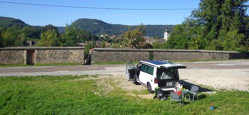 Unser Übernachtungsplatz an der Rue de la Plante oberhalb der Stadtmauer von Ornans