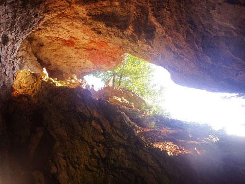 Blick aus einer der zahlreichen Höhlen die man hier unterwegs antrifft.