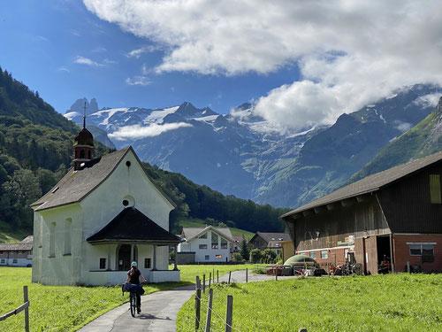 Mit dem Fahrrad auf dem Weg zur Stäfeli Alp.