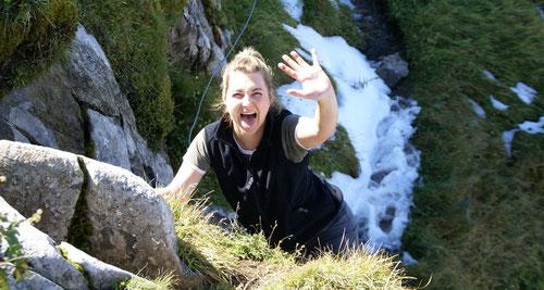 Ja, beim Klettern kann es schmutzige Hände geben. Vor dem Öhrli.