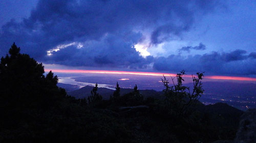 Gipfelerlebnis bei Regen. Das letzte Abendrot über Luzern.