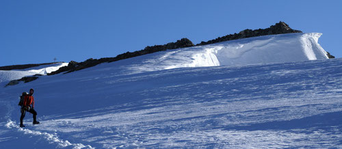 Kurz vor dem Gipfel - im Hintergrund das Sustenhorn mit Gipfelkreuz