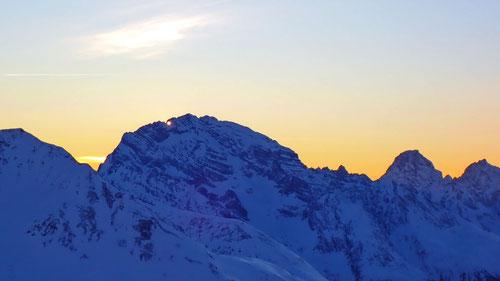 02/2020: Die Abendsonne scheint durch Ela-Loch des Piz Ela (CH/GR)