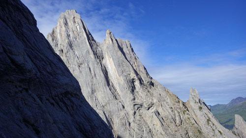 Blick auf die raue Nordwand der Kingspitze.