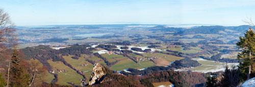 Panoramabild von Wikipedia: Blick auf den Wallersee