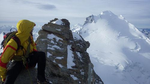 Prächtige Aussicht am Gipfel des Nadelhorns (4'327m). Dominik bestaunt den Dom 4'545m.