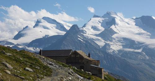 Die Weissmieshütte auf 2726m lädt zur Nächtigung ein.
