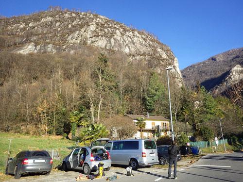 Auf dem Parkplatz von Ponte Brolla. Im Hintergrund die begehrten Felswände.