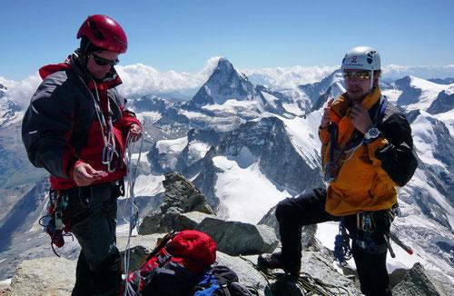 Am höchsten Punkt des Zinalrothorns (im Hintergund das Matterhorn)