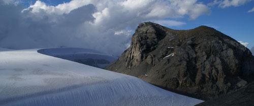 Die grosse Schneeverwehung vor der Planurahütte