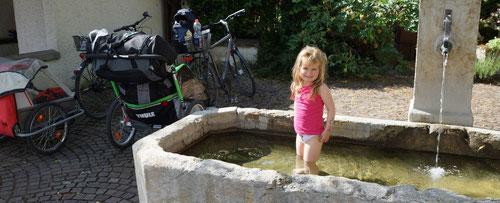 Erfrischung im Dorfbrunnen