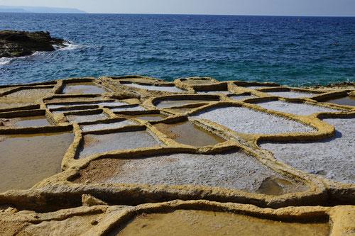 Salzpfannen trifft man auf Gozo an vielen Orten an