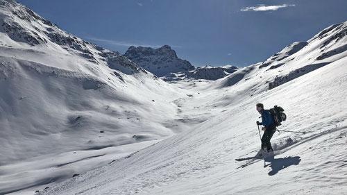 2020/02: Sonnige Abfahrt ins Val Sartiv. In der Bildmitte hinten der Piz Kesch (CH/GR)