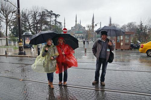 Gute Laune trotz Regenwetter. Rechts im Bild unser Guide Bülent.