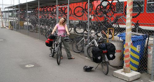 Ausfassen der Fahrräder am Bahnhof Kreuzlingen