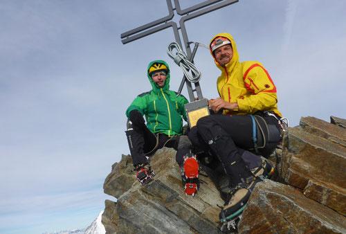 Am sehr schönen Bergsteigergipfelkreuz des Stecknadelhorns auf 4241m