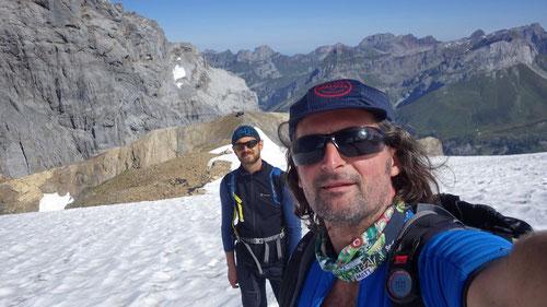 Auf dem Firnalpelifirn kurz vor dem Gipfel des Grassen. Im Hintergrund das Grassen Biwack auf dem Tierberg.