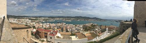 Blick auf die Hafenbucht von Eivissa.