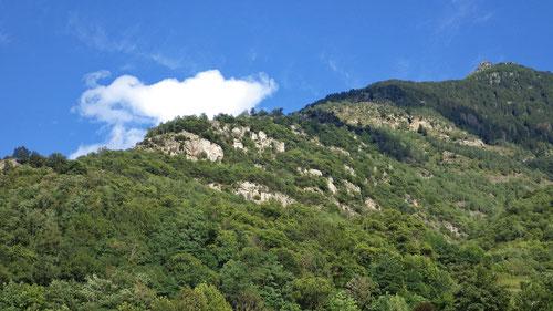 Blick auf die Kletterfelsen von Malvaglia vom Tal aus.