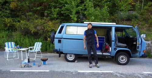 Dominik vor Alois, unserer fahrbaren Unterkunft.