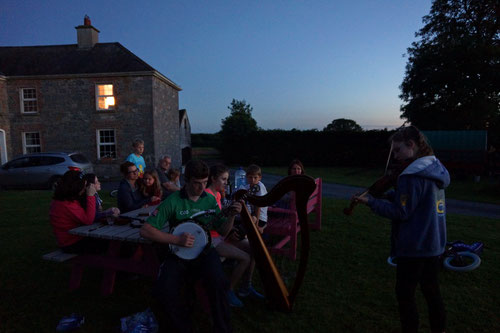 Typische Irische Musik begleitete uns in die Sommernacht hinein.