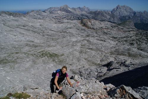 Kletterei zum Gipfel der Schönfeldspitze. Im Hintergrund das steinerne Meer.