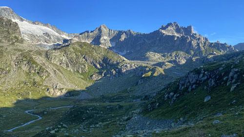 Gletschhorn und Winterstock flankieren die Landschaft.