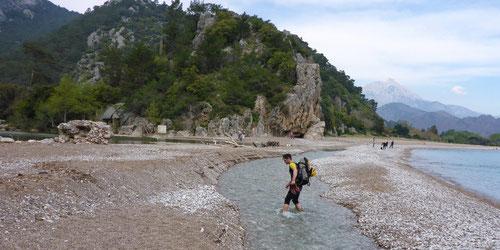 Um zu Fort zu gelangen muss ein Flüsschen durchquert werden.