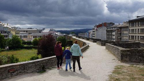 Spaziergang auf der Stadtmauer von Lugo.