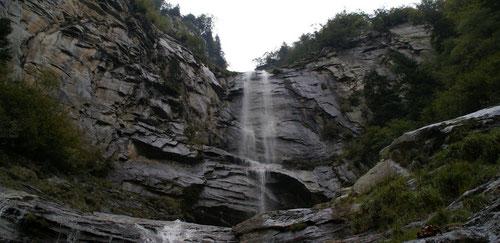 ...zu einem der vielen wunderschönen Wasserfällen