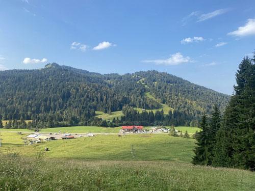 Blick zurück zum Gelbhansekopf mit der Skipiste hinunter nach Schwaben (riesiger Wohnmobilparkplatz).