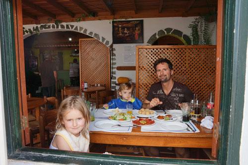 Mittagessen in einer Tapas-Bar auf dem Weg in den Inselnorden